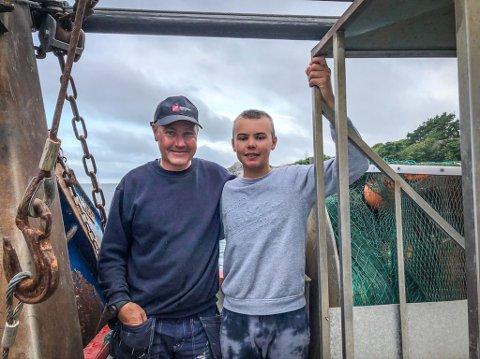 HINDRER FISKE: Nesten på daglig basis merker Anders Paulsen og sønnen Adrian Paulsen (14) at havet rundet Svenner kryr av fremmede maneter som forhindrer dem i å fiske.