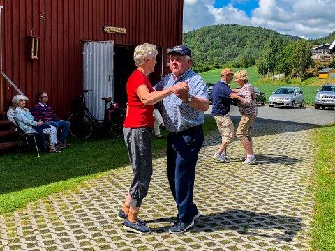 SVINGTE SEG: Gunnulf Foss (75) svingte seg på Folkemusikkens dag på Bygdetunet når Sandar Spelemannslag spilte opp til dans.