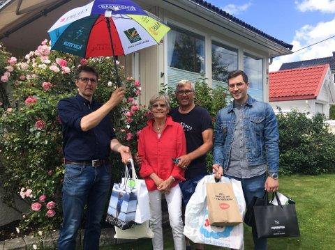 GULLBILLETT: Ellen Gjerken Fredheim var den heldige vinneren etter Larviksdagen. Her med mann, Jan Torbjørn Fredheim og utdelerne av premien, Paal Espen Wingaard (Larvik By) og Stian Rød (Nordbyen).