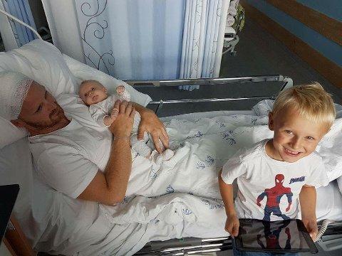VILLE MØTE EVA: Truls fikk muligheten til å vente med operasjon til lille Eva kom til verden. Her er Eva og Theodor på besøk hos pappaen etter operasjon. -Det er rart å se bilder derfra, jeg husker ikke så mye av det, sier Truls.
