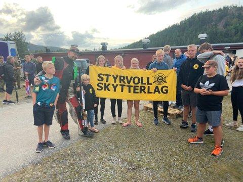 Hans Kristian Wear (med børsa) sammen med en stor heiagjeng fra Styrvoll Skytterlag.
