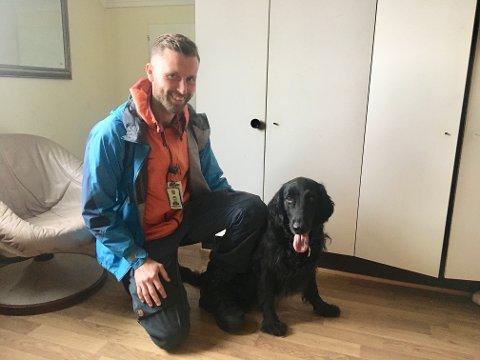 AVLYST: Hundefører og en av arrangørene Torstein Birkeland, synes det er leit at norgesmesterskap for Narkotikahunder må avlyses. Her med Luna.