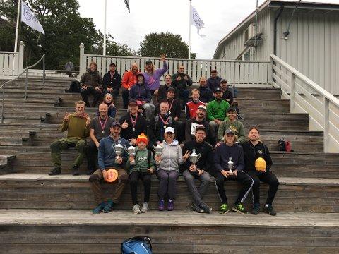 Fredag kveld møtte 30 ivrige diskgolfere opp for å spille tidenes første pargolf-klubbmesterskap.