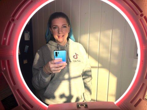 Janne driver kanalen «Jannesmakeup», der hun deler videoer av at hun sminker seg.