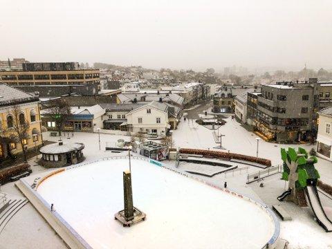 HVITT PÅ TORGET: Snøværet startet ved 09.30-tiden søndag.