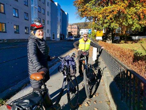 SYKKELBY: Bjørg Graven og Bergljot Styrvold fra Larvik SV ønsker seg et bedre sykkelveinett i byen. – Vi må tørre å legge til rette for syklistene, sier Graven.Flere gater burde ha sykkelvei, mener de, som for eksempel her i Jegersborggata.