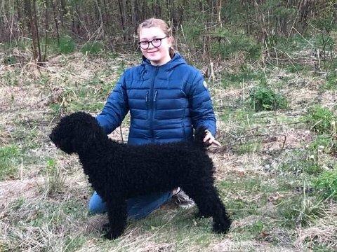 SKAL TIL EM: Emilie Dahl Gustavsen sammen med hunden Lotta.