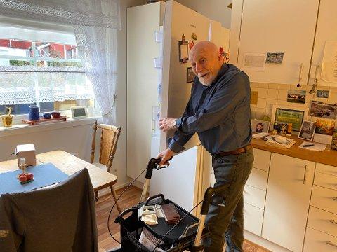 KOMMER IKKE TIL: Hans Oddvar Strand la inn bestilling om å få dørene til kombiskapet montert på motsatt side - men det ble ikke gjort. Nå er det vanskelig for ham å få tilgang til maten sin.