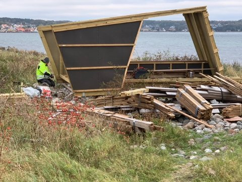 TATT NED: Larvik kommune og Realbygg var i full sving med å demontere de to gapahukene torsdag.