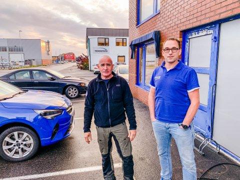 PÅ STELL: Trygve Bøe og butikksjef Fredrik Solvang etterlever nå koronareglene i butikken på Øya.