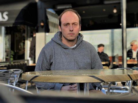 SLØSTE BORT PENGENE: Mathias Hansen har opparbeidet seg masse forbruksgjeld og ingen verdier. Nå sitter han igjen med regningen.
