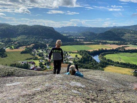 Mor og sønn på Haugskollen med utsikt over Hvarnes