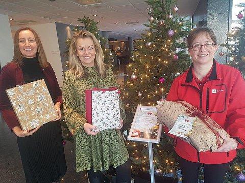 KOM MED GAVER!: På Farris bad søker dette juletreet gaver. Fra venstre Ane Johansen, Beate Skøien og Monica Ljusnes.