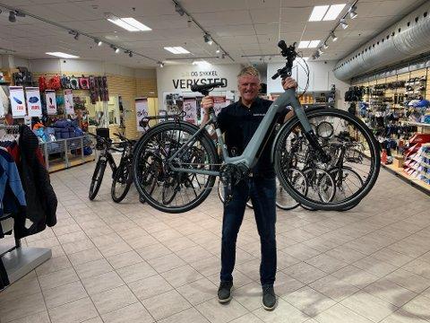 DENNE KAN DU VINNE: Kjell Johnny Eftedal med elsykkelen som loddes ut.