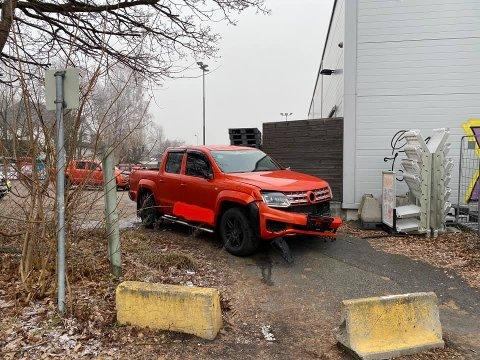 LØP VIDERE: Her stanset ferden. Gjerningspersonene løp videre til fots. Bilen ble stjålet på Stensvold anlegg, og de har nå etterlyst biltyvene.