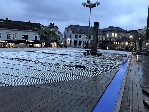 SNART KLAR: Skøytebanen på Torget tidlig torsdag morgen.