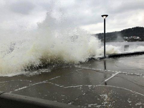 MYE VIND: Bølgene slo inn ved Fritzøe Brygge i formiddag.