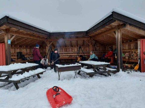 MASSE SNØ: Det er flere som benytter dagene i romjulen til å ake og gå på ski fra Borgen skianlegg.