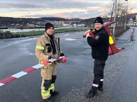 SPERRET AV:  Lars Teien Andersen, til venstre, og Dag Erik Nilsen fra Larvik Brann og Redning sperret torsdag formiddag av hele Indre havn for publikum.