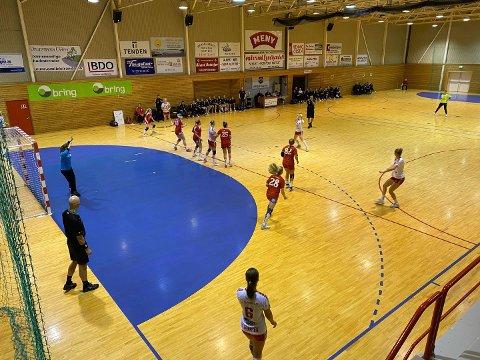 BORTE HJEMME: LHK spiller ettermiddagens kamp i Nesjarhallen. (Foto: Thor Kenneth Løvenfalck)