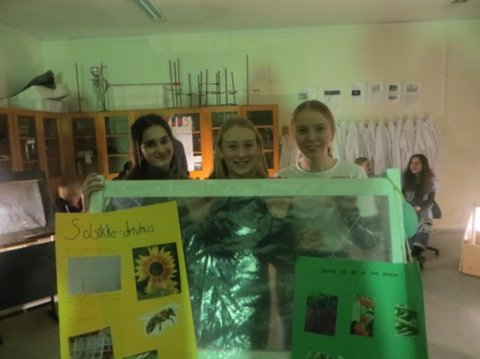 Pernille Tutvedt (14), Ingrid Kristiansen (14), Dia Hussein (15) med sitt drivhus