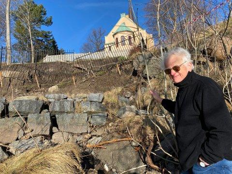 HAR TILKALT RASEKSPERT: Grunneier Henning Qvale kan ikke si noe om hva som skjer videre. – Det første vi skal er å få eksperter til å vurdere situasjonen, sier han.