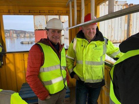 VIL HA SVAR: Kårstein Eidem Løvaas, til venstre, vil ha innsyn i hvorfor Yara International valgte å kutte avtalen med Larvik havn. Her er han sammen med Erling Kristensen fra Larvik havn.