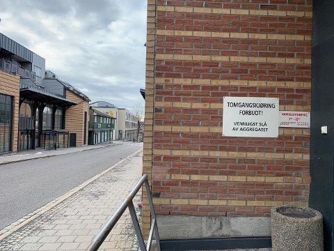 VIL HA FLERE: En av ØPs lesere vil gjerne ha opp igjen flere skilter om at tomgangskjøring er forbudt, og synes det er en økende trend i Larvik at folk sitter og venter med bilen i gang.
