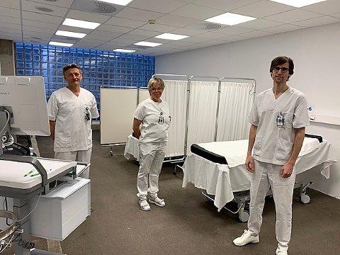 NYE SENGER: Runar Danielsen (avdelingssjef, t.v.), Mona Karin Løfqvist (seksjonsleder) og Gustav Trygve Siqueland (overlege) viser fram en sal med seks av de nye sengeplassene.