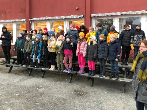 SANG FOR SKOLEN: Lærer Ragnhild Lia skrev en sak inspirert av slagord fra en konkurranse som elevrådet ved Stavern skole holdt i 209.  4. klasse ved Stavern skole fremførte nylig sangen ved skolen. (Foto: Privat)