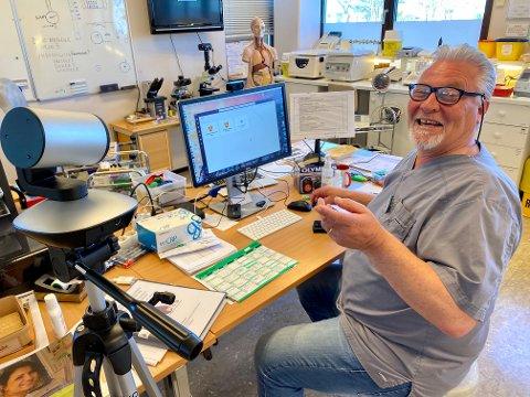 VIDEOLAB: Gunnar Johannesen (65) på Medisinsk Laboratorie Service fikk øynene opp for den digitale verden, og med steg også humøret igjen.
