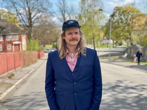 STERKE FØLELSER: Kristian Bålrsrød glemmer aldri da han som 5-åring kom vekk fra foreldrene i Bøkeskogen, og ble stående alene i folkemyldreret.  Nå vil han høre ditt sterkeste 17.mai-minne.