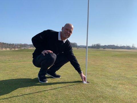 ÅPENT: Golftrener Henrik Björelind er glad for at folk nå kan komme seg i aktivitet på golfbanen.