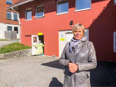 KORONAEN KOSTER: Kommunalsjef Guro Winsvold utenfor den ekstra legevakten som ble opprettet for å håndtere koronasituasjonen tidligere i år. Her testes nå Larvik-folk på løpende bånd.