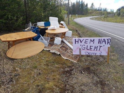 DUMPET: Henning Røsholt satte opp en svært tydelig plakat, etter at han fant dette lasset med ting og tang langs fylkesveien mellom Steinsholt og Siljan.