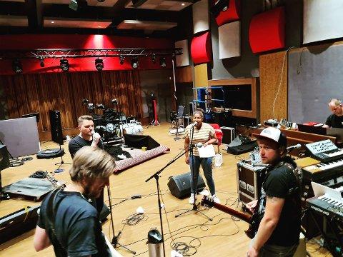 KONSERT: Kristian «Sirius» Rønning med mikrofonen er klar for gratis konsert på nett fredag kveld, sammen med blant annet Eirik Næss (foran til venstre), Sisi og Fredrik Karlsen. Helt til høyre Lars Støvland. (Foto: Privat)