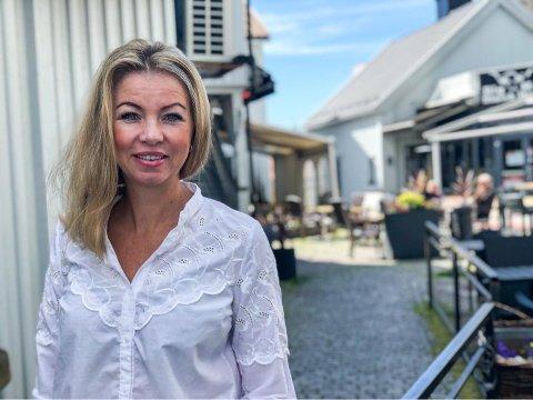 STOLER PÅ UTELIVSAKTØRENE: – Per nå har vi ikke noen instanser som gjennomfører tilsyn med de enkelte virksomhetene, sier virksomhetsleder Kristine Borvik – her foran uteserveringen til Glassmesteren i solskinnet torsdag.
