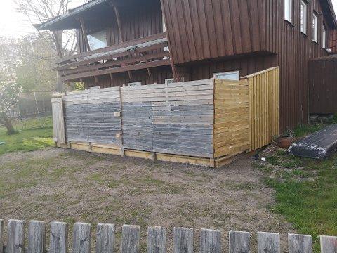 REAGERER: En nabo reagerer på dette terrassepåbygget og lurer på om det er lovlig oppført.