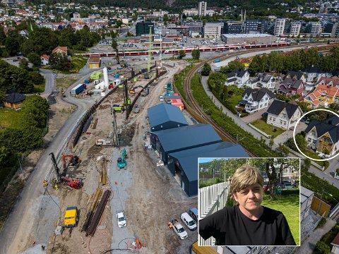 MYE STØY: – Fint å bo i Nybyen, men byggestøyen nå er helt fryktelig, sier Jeanette Moe. Hun bor i det innringede huset til høyre i bildet. I bakgrunnen ser du tog på Sørlandsbanen,  og profilene som stikker opp av bakken i en slak kurve viser hvor den nye traseen til Vestfold kommer.  Her vil sporet gå i en betongtunnel, med grøntareal over.