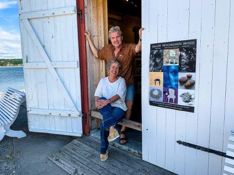 SOMMEROPPLEVELSE: Kunstnerne Marit Skyer og Øysten Glenne Kristiansen skal, sammen med Annegi Eide som ikke var til stede da bildet ble tatt, vise tre stilarter i Galleriet på Nevlunghavn Brygge i sommer.
