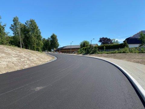 STENGT: Den nye veien opp mot Trudvang og Bergeløkka er klar, men stengt for trafikk inntil videre.