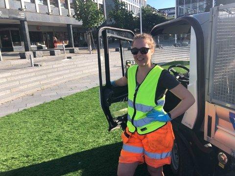 TIDLIG PÅ: Tine Vister (21) har sommerjobb i Parkvesenet. Alt klokken sju fredag morgen var hun på plass på plass på Torget for å pynte opp.