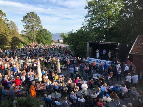SLIK BLIR DET IKKE I ÅR: Sankthansfeiringen på Tollerodden trekker mange mennesker til sommerfest. Her fra arrangementet i fjor. I år er det avlyst.