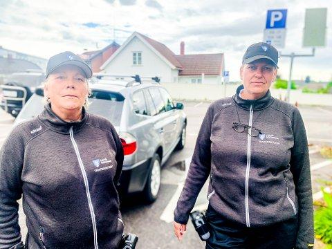 SERVICEINNSTILTE: Gunn Eldevik og Siw Ternsten har skrevet ut nesten 3.000 parkeringslapper så langt i år. Men ser de en sjåfør som ikke gjør ting riktig, hjelper de ham eller henne så det ikke blir noen bot.