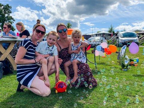BURSDAGSFEIRING: – Han ville ferie her på campinga, så da måtte vi bare se å få på plass litt folk, ler Anne Gro Wesenberg og Ina Wesenberg, her sammen med bursdagsbarnet Sander (4) og datteren Mathilde (2).