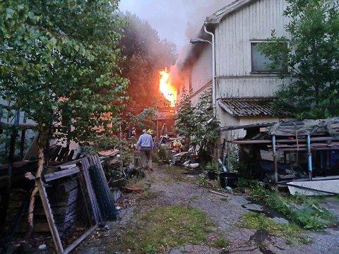 Ble dramatisk: Disse bildene har en av naboene som hjalp til, tatt med mobilen. Han forteller at flammene slo ut av vinduene og at det var ganske så dramatisk da det sto på.
