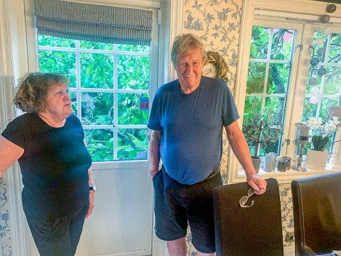FLAKS: Det er ikke gøy når enorme trær deiser i bakken rett bak huset ditt. Men heldigvis for Grethe og Helge Larsen traff ikke treet huset.