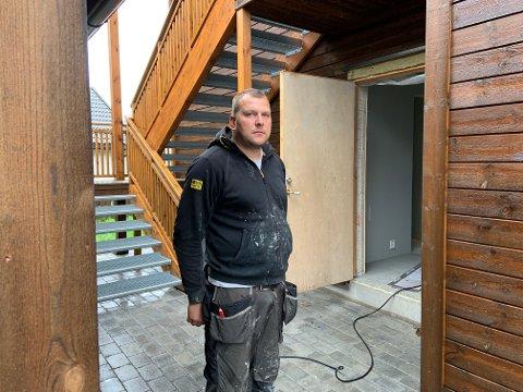 BRØT OPP DØR: Juozas Einkis var en av de ansatte som kom på byggeplassen tirsdag morgen. Da ble de møtt av innbrudd i leiligheten bak ham, og i garasjen rett ved. De tre andre leilighetene og garasjene var urørte. Foto: Tonje E. Skjørtvedt