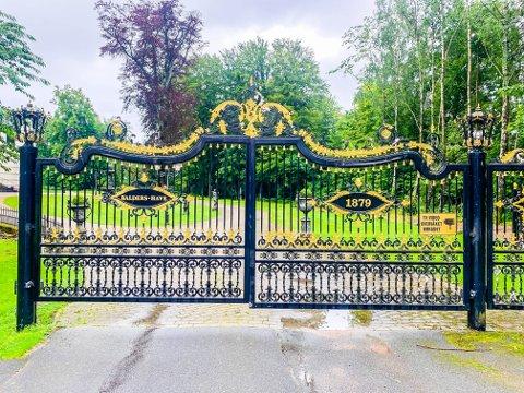 GÅ TIL VENSTRE: Noen stopper nok opp når de kommer hit. Men til venstre for porten går en fin sti ned til friområdet.