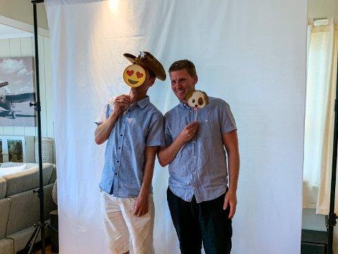 ARTIG: Oddbjørn Dahlstrøm Andvik og Per Kristian Andvik forteller at de har fått tilbakemeldinger om at påfunnet deres slår an i festlige anledninger.